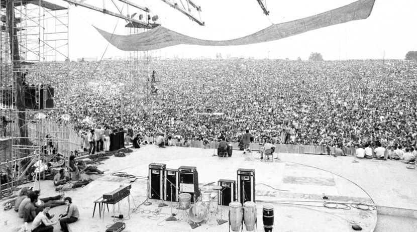 AUGUST 15 1969 WOODSTOCK ROCKING OUT IN THE CROWD BLACK /& WHITE PUBLICITY PHOTO